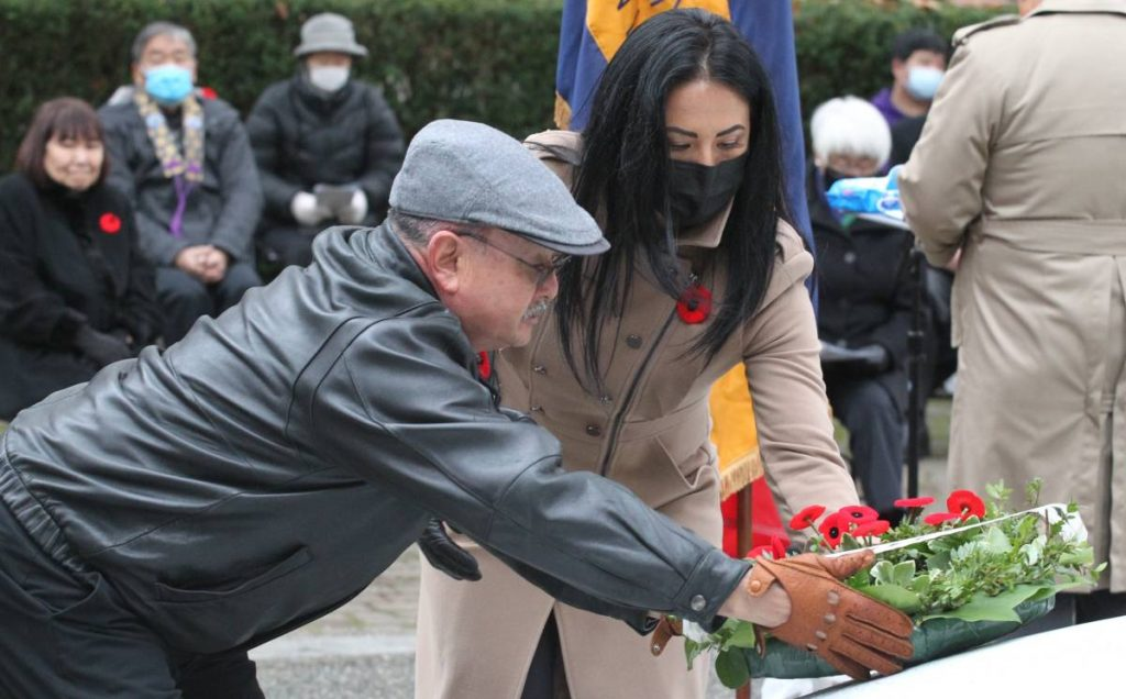 Mr. Mitsui and his daughter Meaghan laying the wreath on November 11, 2020. Photo by ©︎Toru Furukawa/ The Vancouver Shinpo